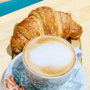 Croissant dolce e cappuccino